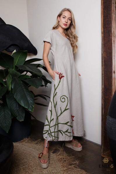 Ilga lininė suknelė su išsiuvinėtomis gėlėmis