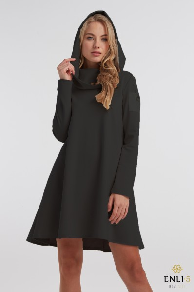 Juoda, trumpa suknelė su kapišonu