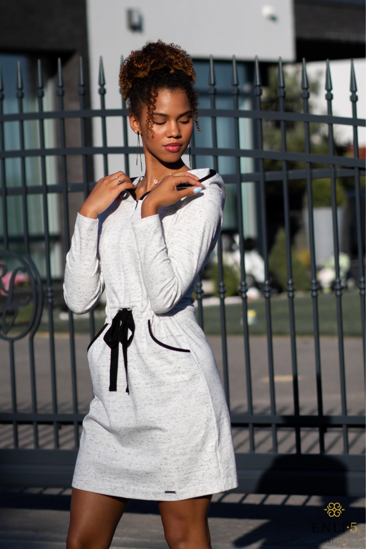 Balta sportinė suknelė su kapišonu TEIRE