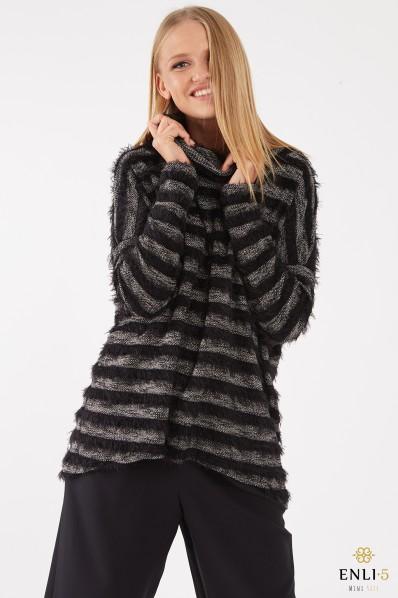 Juodas, dryžuotas megztinis aukštu kaklu TRIP
